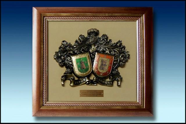 images/galeria/ESCUDOS-HERALDICOS-BRONCE-HERALDICAS-APELLIDOS--ENMARCADO-BODAS-ORO-PLATA-ENLACE-OBSEQUIOS-PERSONALIZADOS-REGALOS-4-1024-x-682-419188.jpg